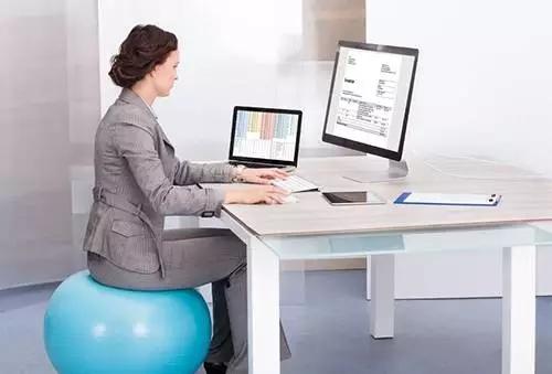 坐瑜伽球当椅子,当心腰椎间盘突出