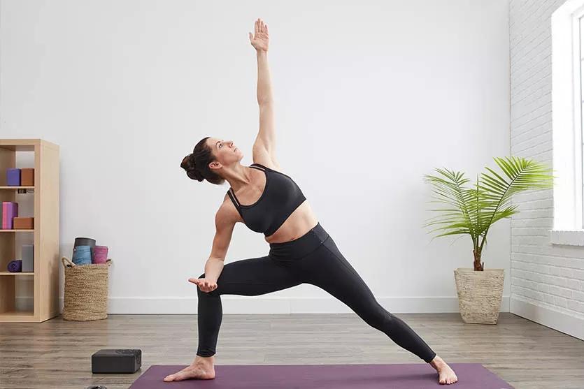 用简单的瑜伽体式减腰腹——侧角式